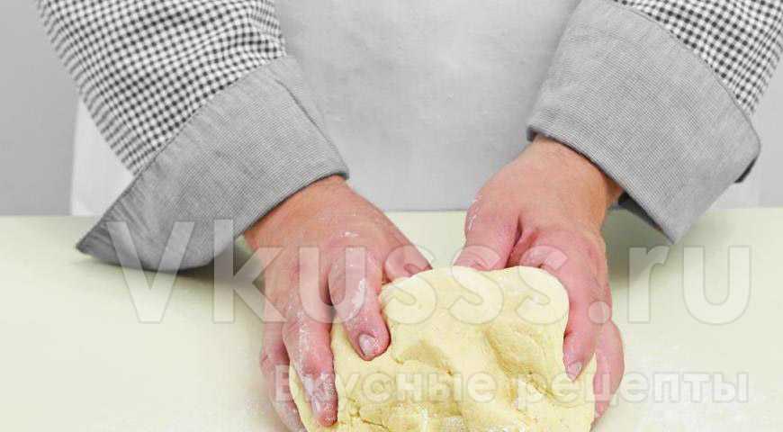 Месим тесто для капустного пирога