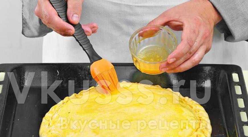 Смазываем капустный пирог желтком