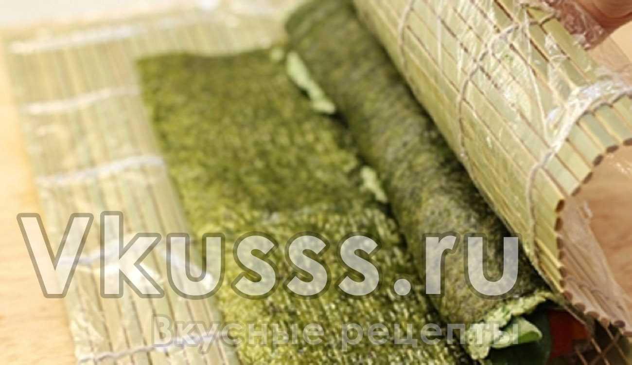 Заворачиваем лист водорослей