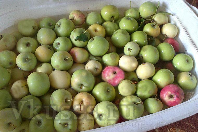 Промываем яблоки водой