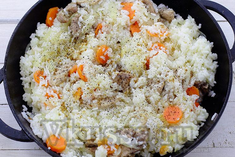 Жарим рис со свининой и овощами на сковороде