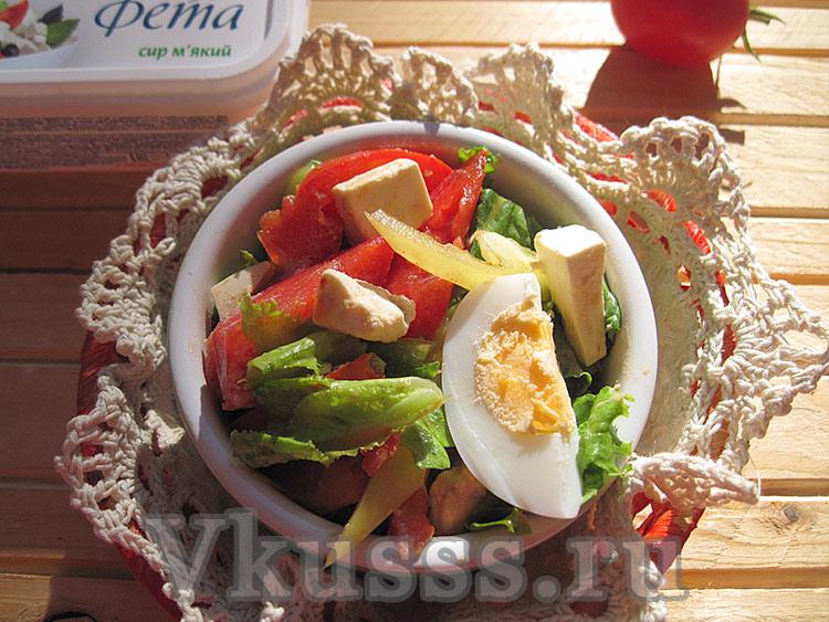 Вкусный салат из свежих овощей и сыром фета