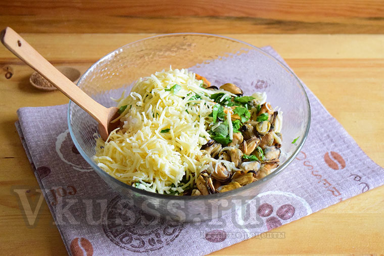 Добавляем сыр и базилик