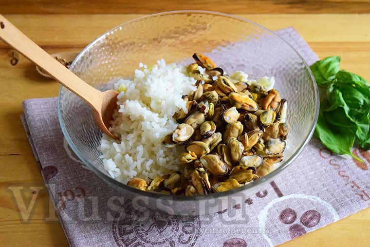 Выкладываем в салат мидии и рис