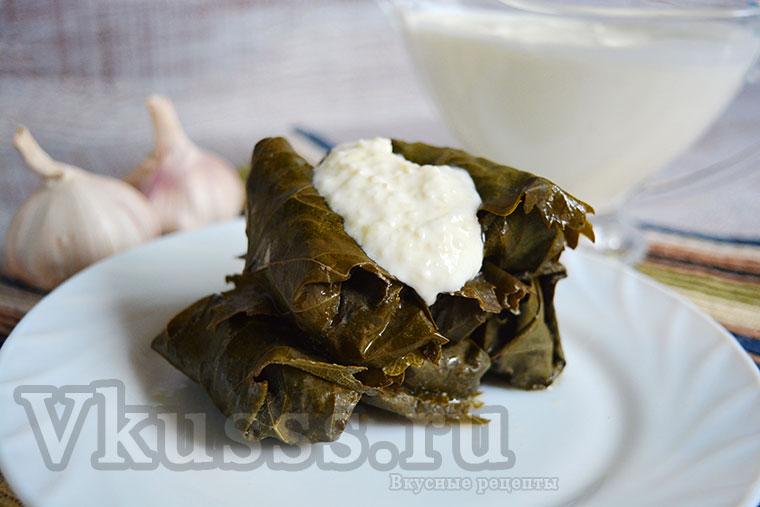 Вкусная долма по-армянски с чесночным соусом: рецепт