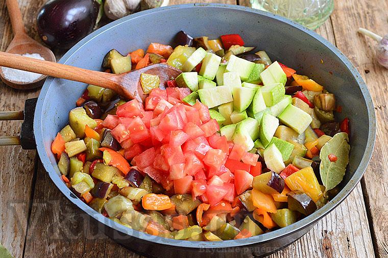 Выкладываем кабачки с помидорами
