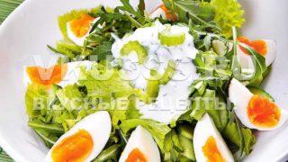 Салат из листьев салата с яйцом