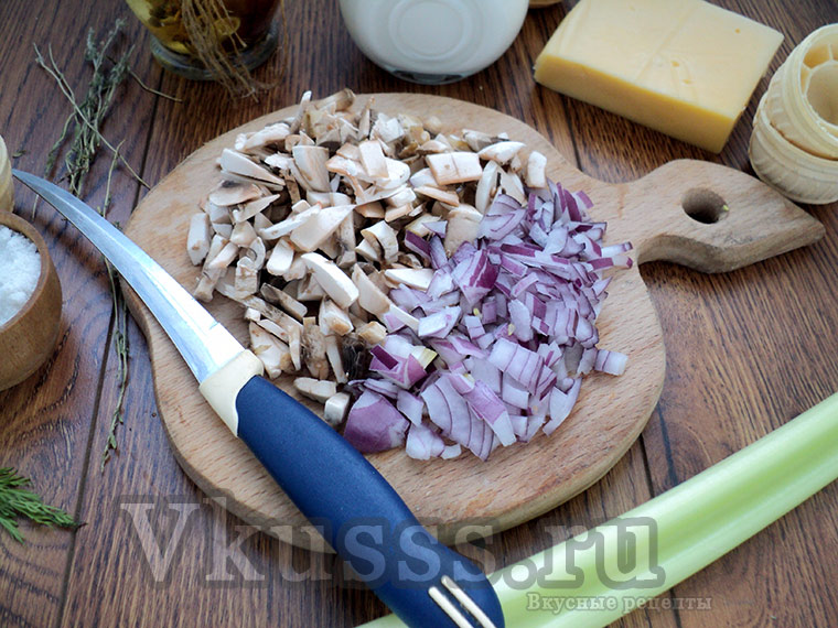 Жульен с курицей и грибами: нарезаем лук и шампиньоны