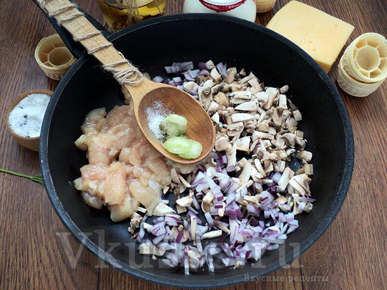 Жульен с курицей и грибами: тушим курицу с грибами и луком
