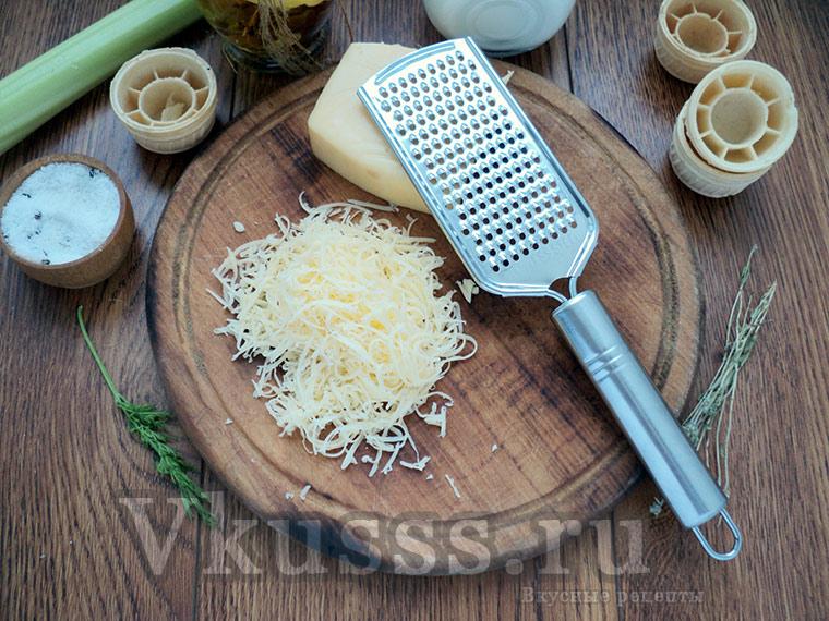 Жульен с курицей и грибами в тарталетках: трем сыр