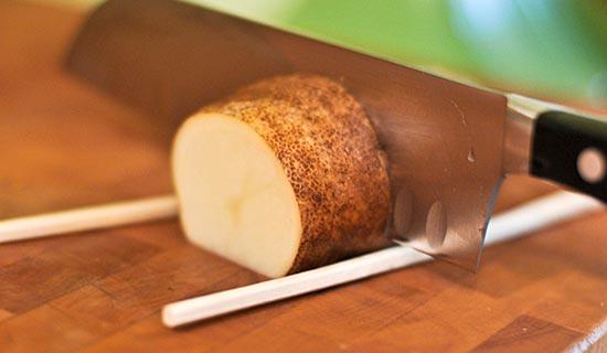 как запечь картошку в духовке, делаем надрезы