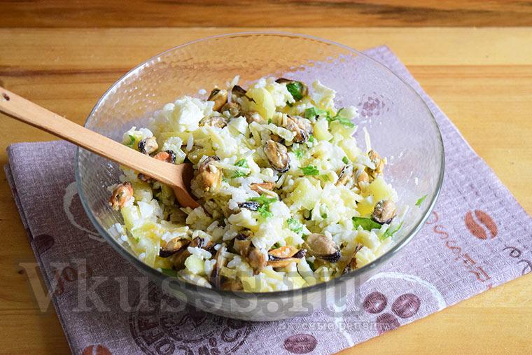 Салат с мидиями, рисом, сыром и яйцами