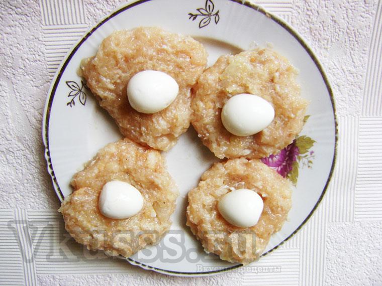 Помещаем перепилиные яйца внутрь котлеты