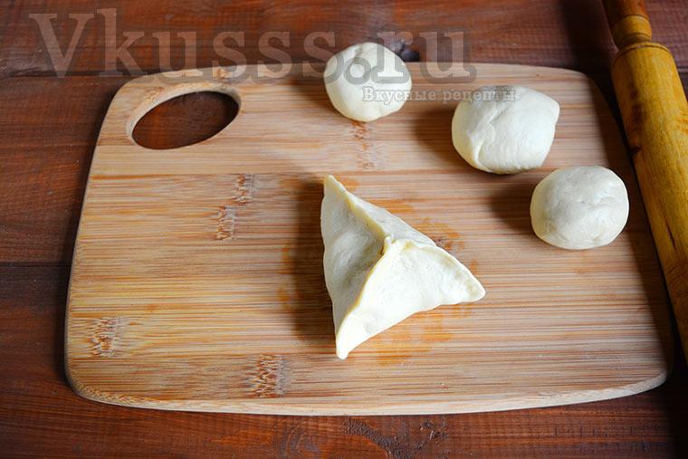 Лепим треугольники с мясом и картофелем